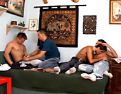 2 mecs font attendre leur nanas pendant qu'ils font une partouze x video gay