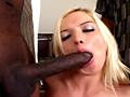 Une blonde se fait péter la rondelle par deux blacks à grosse tige