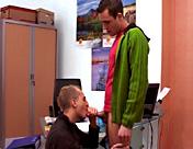 Pequeña entrevista de rutina para un gay inhibido... videos gay xxx