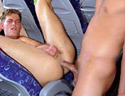 Une dizaine de sportifs s'envoient en l'air dans leur autobus...