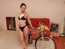 La salope pompe le vélo