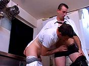 Le maître d'hôtel a une grosse saucisse porno video gay