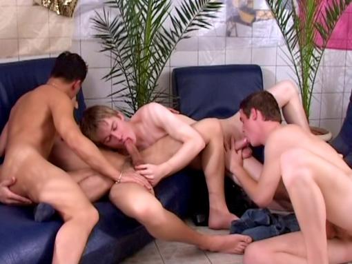 Video minet gay : jeunes et mignons, 4 minets se font une partouze gay !