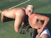 Dans le cul, soldat ! video x gay