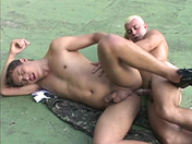 Dans le cul, soldat ! porno video gay