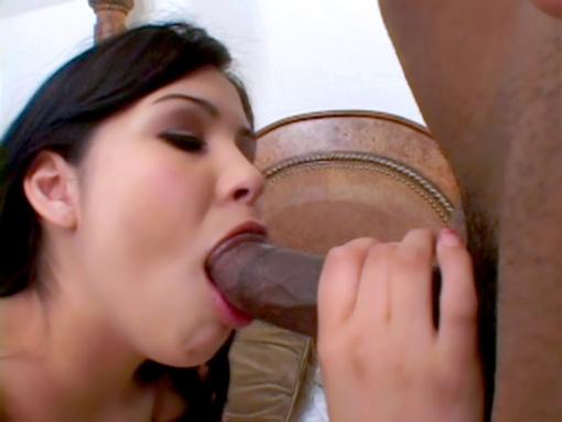 Brune et black sur un lit pour une baise torride video sexe