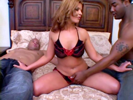 Une brune se tape un trip avec 2 black biens membrés video sexe