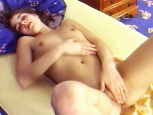Une minette se masturbe la premiere fois