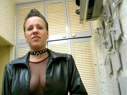 Une jeune punk se fait refaire la boite à benco video sexe