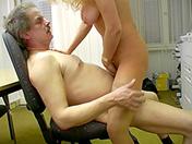 Una secretaria follada por su jefe perverso video porno