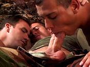 Ils ont la bite au garde à vous ces soldats là !!! sexe video gay