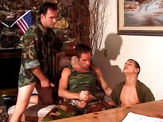 Ils ont la bite au garde � vous ces soldats l� !!!