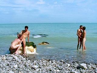 Couple homo à la mer et partie de jambes en l''air