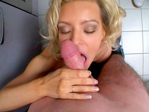 Maman aime qu'on la baise quand elle fait la vaisselle video sexe