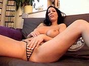 Morena lasciva y consolador de cristal video porno