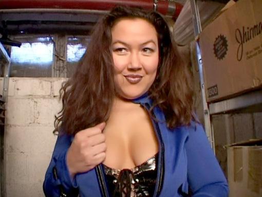 Mature sadomaso dans la réserve d'un entrepôt video sexe