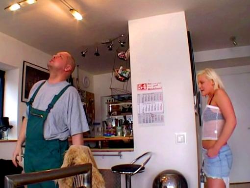 Jeune blonde délurée et travailleur acharné video sexe