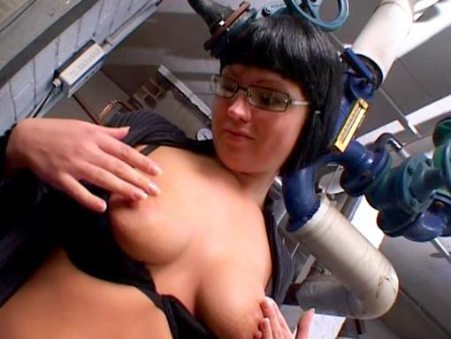 Elle suce le reparateur pour le remercier video sexe