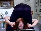 Mec � bouclettes et branlette en souplesse porno video gay