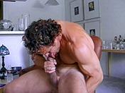 Mec à bouclettes et branlette en souplesse video sexe gay