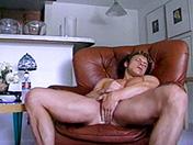 Mec à bouclettes et branlette en souplesse porno video gay