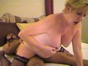 Une vieille grosse nympho baise un Black!