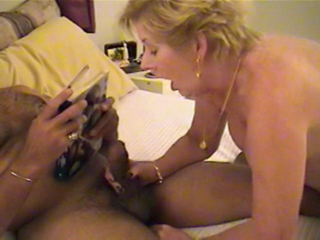 Une vieille grosse nympho baise un Black !