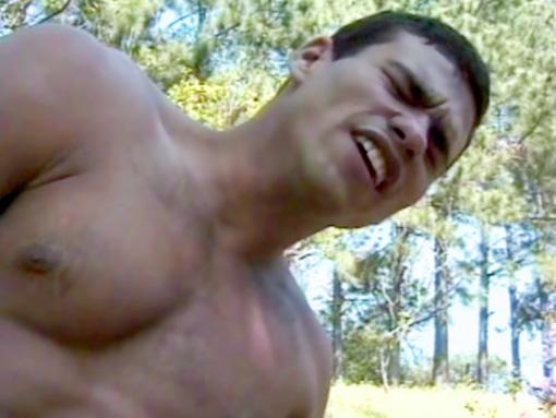 Video latino gay bareback : plan cul gay exhib dans les bois entre 2 sportifs brésiliens gays TTBM musclés !