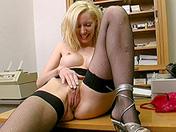Rubia y tetas retocadas para un orgasmo vibrante sexo video