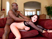 Gianna Michaels se fait vilolenter par un étalon black.