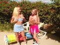 2 jeunes lesbos au bord d'une piscine !