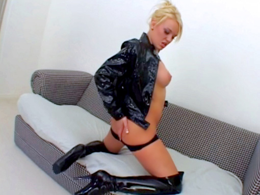 Blonde qui suce en prend plein l'anus video sexe