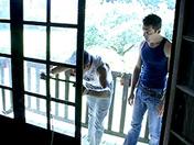 Pipe au balcon, grosse bite dans le fion porno video gay