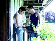 Pipe au balcon, grosse bite dans le fion sexe video gay