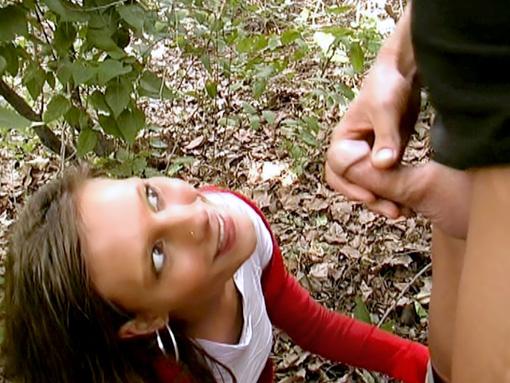 Elle le suce sur le chemin de la fac video sexe