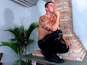 Jeune minet enculé devant la cheminée