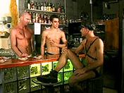 sexe Trio SM gay au bar du coin