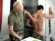 sexe Jeunes recrues formées à la dure par l'examinateur.
