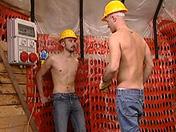 Hommes de la construction en pause cul