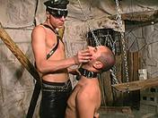 Esclave soumis et humilié par son tortionnaire