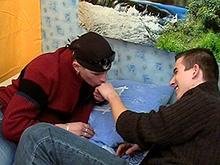 Un jeune motard retrouve son mec après une virée en moto