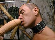 Il obéi à son maitre et est en extase devant un gode x video gay