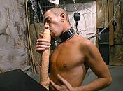 Il ob�i � son maitre et est en extase devant un gode x video gay
