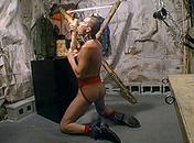 Il ob�i � son maitre et est en extase devant un gode porno video gay