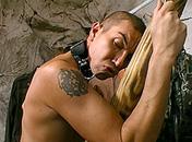 Accroché à la croix il voit son maitre le torturer x video gay