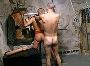 Accroché à la croix il voit son maitre le torturer video x gay