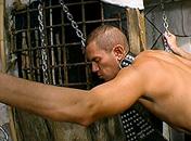 Accroché à la croix il voit son maitre le torturer sexe video gay
