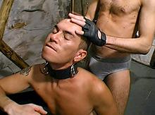 Un esclave gay fait plaisir à son maitre