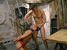 Fétichiste et sado maso pour ce gay en forme