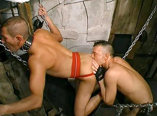 Accroch� � la croix il voit son maitre le torturer